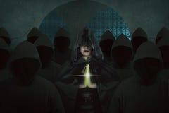 Aziatische heksenvrouw binnen oud kasteel in het donkere ruimte bidden Royalty-vrije Stock Foto's