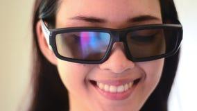 Aziatische het gezichtsemotie van de vrouwenglimlach met glazen stock videobeelden