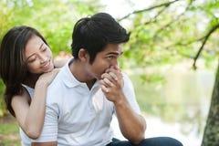 Aziatische het kussen van de Levensstijl van het Paar hand Stock Afbeelding