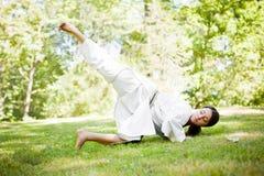 Aziatische het praktizeren karate stock afbeeldingen