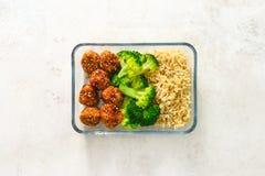 Aziatische het vleesballen van de stijlkip met broccoli en rijst in een opbrengst Stock Afbeeldingen