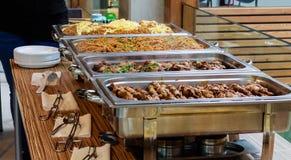 Aziatische het Voedselschotel van het cateringsbuffet met Vlees stock fotografie