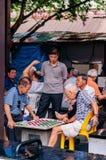 Aziatische hogere kerels die schaak met vriendengroep spelen stock foto's