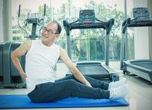 Aziatische hogere mens die rugpijn hebben Stock Afbeeldingen