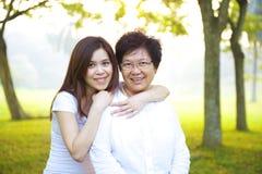 Aziatische hogere moeder met haar dochter royalty-vrije stock afbeeldingen