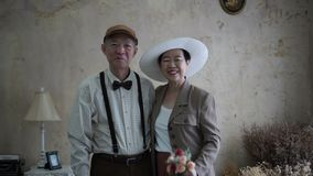 Aziatische hogere paar het glimlachen kledings uitstekende retro stijl in luxe stock video