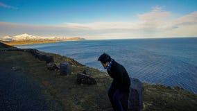 Aziatische hogere vrouwenreis bovenop van de de wegberg van IJsland baai vi Stock Foto