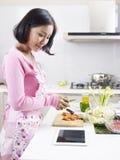 Aziatische huisvrouw royalty-vrije stock afbeelding