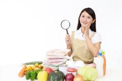 Aziatische huisvrouw met een vergrootglas royalty-vrije stock afbeelding