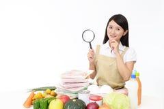 Aziatische huisvrouw met een vergrootglas royalty-vrije stock fotografie