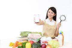 Aziatische huisvrouw met een vergrootglas royalty-vrije stock afbeeldingen