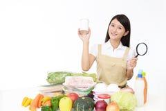 Aziatische huisvrouw met een vergrootglas stock foto