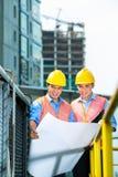 Aziatische Indonesische bouwvakkers op bouwterrein Stock Foto