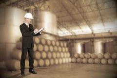 Aziatische Ingenieur die op wijnmakerijachtergrond controleren Royalty-vrije Stock Fotografie