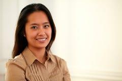 Aziatische jaar 25-29 vrouw die bij u glimlachen stock fotografie