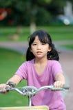 Aziatische jong geitje berijdende fiets Stock Foto's