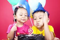Aziatische jonge geitjes die verjaardag vieren Stock Afbeeldingen