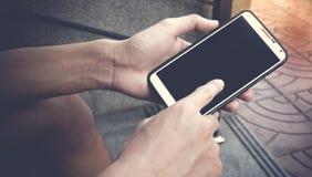 Aziatische jonge jongen die zwarte lege het scherm slimme telefoon op straat houden royalty-vrije stock afbeeldingen