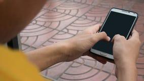 Aziatische jonge jongen die zwarte lege het scherm slimme telefoon op straat houden royalty-vrije stock afbeelding