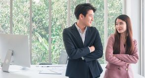 Aziatische jonge knappe bedrijfsman bespreking met mooie bedrijfs zo grappige vrouw royalty-vrije stock afbeeldingen