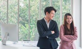 Aziatische jonge knappe bedrijfsman bespreking met mooie bedrijfs zo grappige vrouw royalty-vrije stock afbeelding