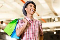 Aziatische jonge mens het winkelen manier in opslag royalty-vrije stock afbeeldingen