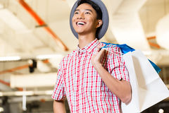 Aziatische jonge mens het winkelen manier in opslag royalty-vrije stock foto's