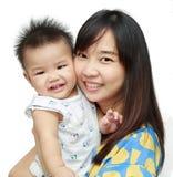 Aziatische jonge moederglimlach met haar zon royalty-vrije stock afbeelding