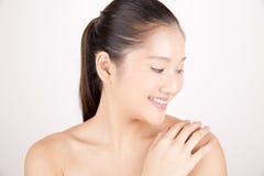Aziatische jonge mooie vrouw met het onberispelijke teint glimlachen royalty-vrije stock afbeeldingen