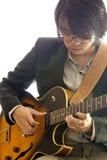 Aziatische jonge musicus het spelen gitaar Royalty-vrije Stock Foto