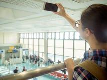 Aziatische jonge student die zich op de luchthaven bevinden Royalty-vrije Stock Foto