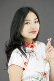 Aziatische jonge vrouw die haar vingers kruisen Royalty-vrije Stock Afbeeldingen