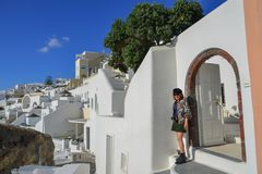 Aziatische jonge vrouw op Santorini-Eiland royalty-vrije stock afbeelding