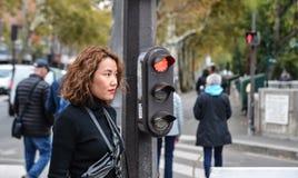 Aziatische jonge vrouw op straat in Parijs royalty-vrije stock foto's