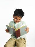 Aziatische jongen in beslag genomen in een boek royalty-vrije stock afbeeldingen