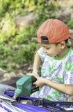 Aziatische jongen die brandstof opvullen in de motor royalty-vrije stock fotografie