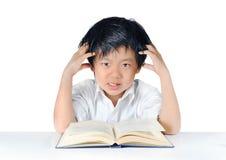 Aziatische jongen die hoofdpijn krijgt Stock Foto's