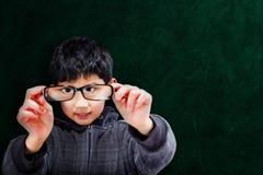 Aziatische Jongen die Oogglazen steunen op School royalty-vrije stock fotografie