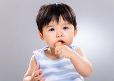 Aziatische jongen die snack eten stock foto's