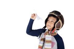 Aziatische jongen die uitstekende vluchthelm dragen die een vliegtuigdocument houden Stock Foto's