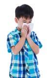 Aziatische jongen die weefsel gebruiken om snot van zijn neus af te vegen Geïsoleerd op wit royalty-vrije stock foto's
