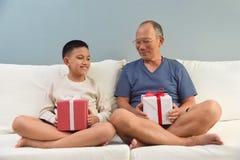 Aziatische jongen en zijn grootvader Stock Fotografie