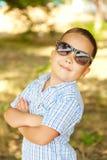 Aziatische jongen 6 jaar oud in zonnebril Stock Afbeeldingen
