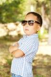 Aziatische jongen 6 jaar oud in zonnebril Royalty-vrije Stock Foto's