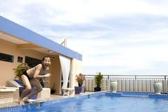Aziatische jongen jumpin in zwembad Stock Fotografie