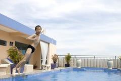 Aziatische jongen jumpin in zwembad Royalty-vrije Stock Foto's
