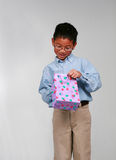 Aziatische jongen met giftzak Stock Fotografie