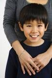 Aziatische jongen met moeder Stock Foto's