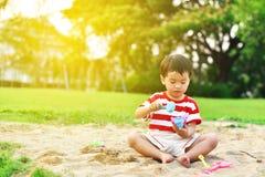 Aziatische jongen in speelplaats royalty-vrije stock afbeeldingen