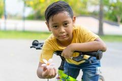 Aziatische jongens berijdende fiets in openbaar park Royalty-vrije Stock Foto